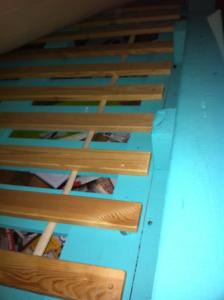Lattenrost im gestrichenen Palettenbett, 1