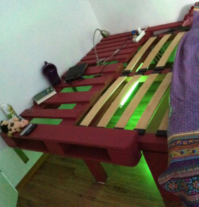 Doppelbett aus Paletten und Bauholzbalken, Lattenrost