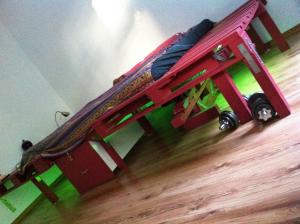 Doppelbett aus Paletten und Bauholzbalken, Seitenansicht