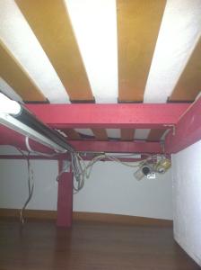 Palettenbett-Doppelbett, Unterbau und Elektrik - Verkabelung, Neonröhre, farbiges Plexiglasrohr, fernschaltbare Steckdose