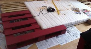 Stichsäge und Meterstab, beim Palettenbettbau durchaus nützlich