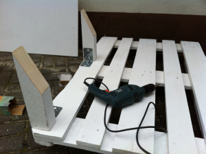Palettensofa, erste Lehnenstützen, Montage auf der Palette