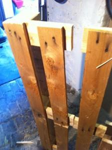 Möbel aus Paletten, Schuhregal: Erstes ausgesägtes Regalelement