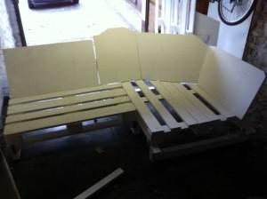 Sofa-Sitzecke mit Füßen und Lehnenteil, Seitenansicht