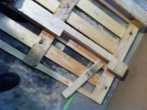 Palettenmöbel: Schreibtisch, Unterbau-Zuschnitt für den Verstärker