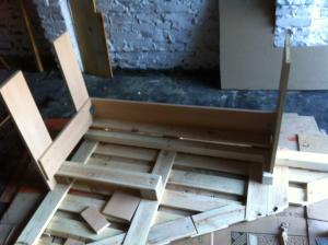 Dreieckiger Schreibtisch: Unterbau zusägen, einpassen, verschrauben