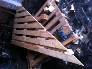 Paletten-Tischplattenunterbau: Stützbalken an der hinteren Längsseite verschraubt