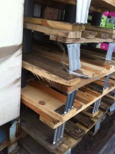 Stapel Kleinpalettte, Metallbeine und Stabilitätsprobleme - Detail