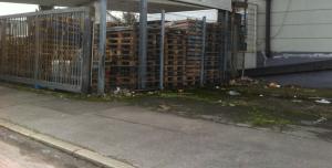 Palettenlager, Europaletten weggesperrt. Industriegebiet. Nicht zu empfehlen