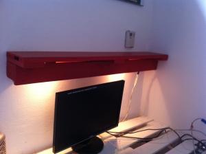 Palettenregal -beleuchtetes  Wandbord überm Schreibtisch