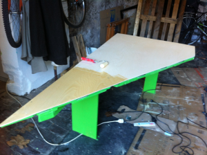 Tischplatte montiert, zugesägt und teilweise mit Klarlack lackiert