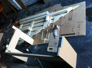 Palettenschreibtuisch, dreieckig: Unterbau und Tischplattengrundgerüst