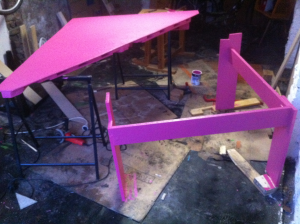 Paletten-Tischplatte pink streichen