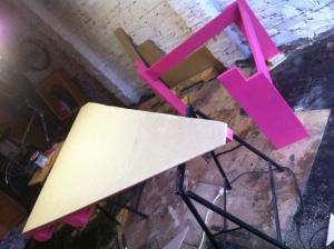 Palettentisch-Unterbau streichen, Tischplatte zusägen, aufschrauben