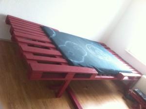 Palettenbett: Doppelbett, tiefergelegte Matratze