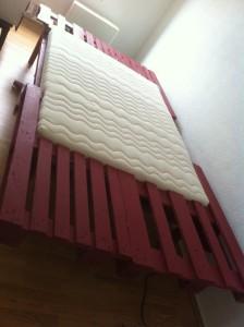 Palettenbett, 1,40 breite Matratze eingelegt