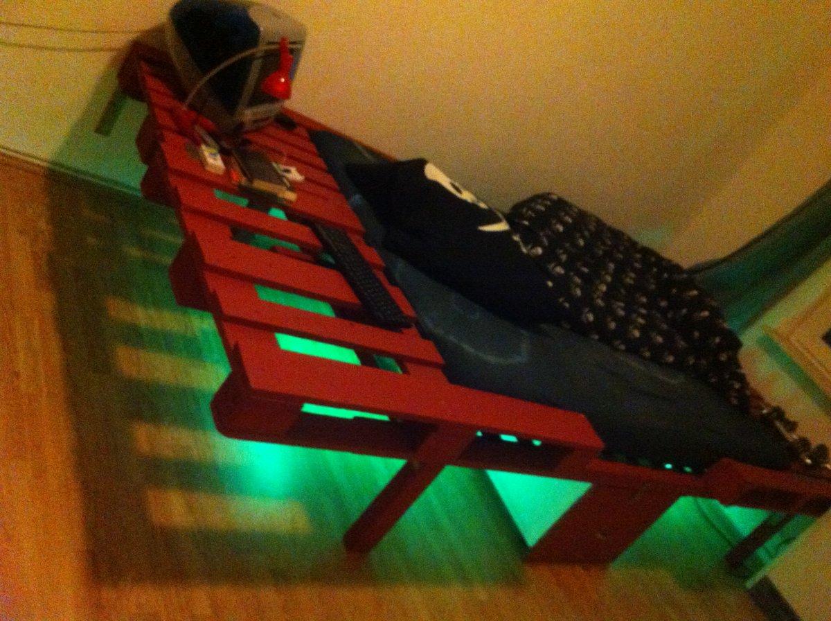 palettenbett doppelbett umbau tiefer gelegt palettenbett und palettenm bel palettenbett und. Black Bedroom Furniture Sets. Home Design Ideas