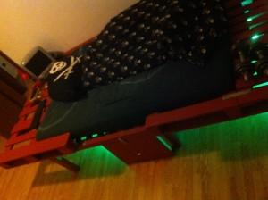 Selbst gebautes, illuminiertes Palettenbett - Schrägansicht 2