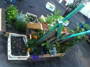 Garteninstallation aus Paletten und Blumentöpfen, Rückseite