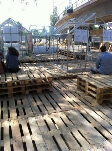 Palettenbühne - Liegewiese und Sitzlandschaft, in Benutzung