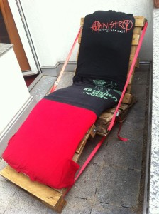 Paletten-Gartenstuhl mit ordentlich angezogener Sitzpolsterung