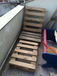 Paletten-Gartenstuhl: erste Form erkennbar