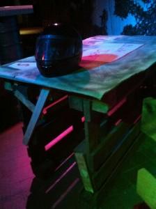 Stehtisch aus Europaletten - rustikal, robust und cool beleuchtet, Gran Paradiso