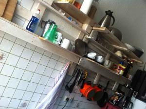 Küchenregal selbst gebaut aus Paletten, klar lackiert
