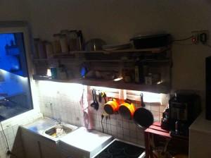 Küchenregal voll, beleuchtet