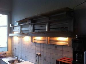 Küchenregal leer, beleuchtet