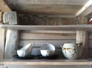Küchenregal aus Paletten, erste Testbeladung mit Teegeschirr