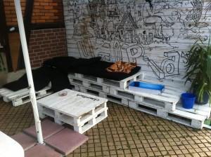 Palettenbank - Sitzecke mit Tisch, outdoor und mit Kissen versehen