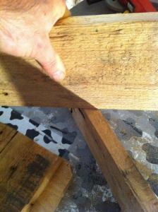 Fußteile für den Schemel über Kreuz anmarkieren