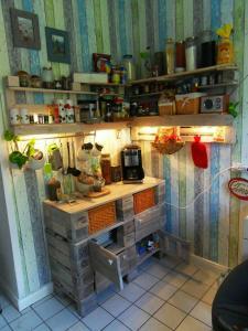 Komplettansicht: Paletten-Küchenschrank und Küchenregal mit Beleuchtung