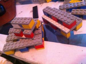 Lego-Modell: halbe Palettenbank auf Palette, Voll-Palettenbank daneben