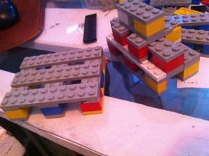 Lego-Modell: Palette, und gestapelte Voll- und Halbpalettenbank daneben