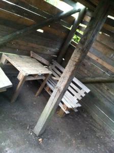 Bauhütte mit Palettentisch und Palettenbank, genagelt, Einwegpaletten