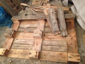 Ausgesägte Bretter und entfernte Holzreste auf den Abstandhaltern der Tischplatten-Palette