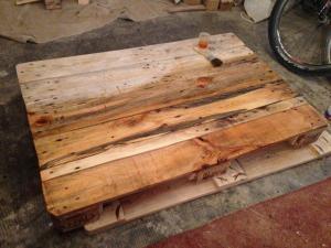 Palettentisch, Tischplatte, teilweise lasiert