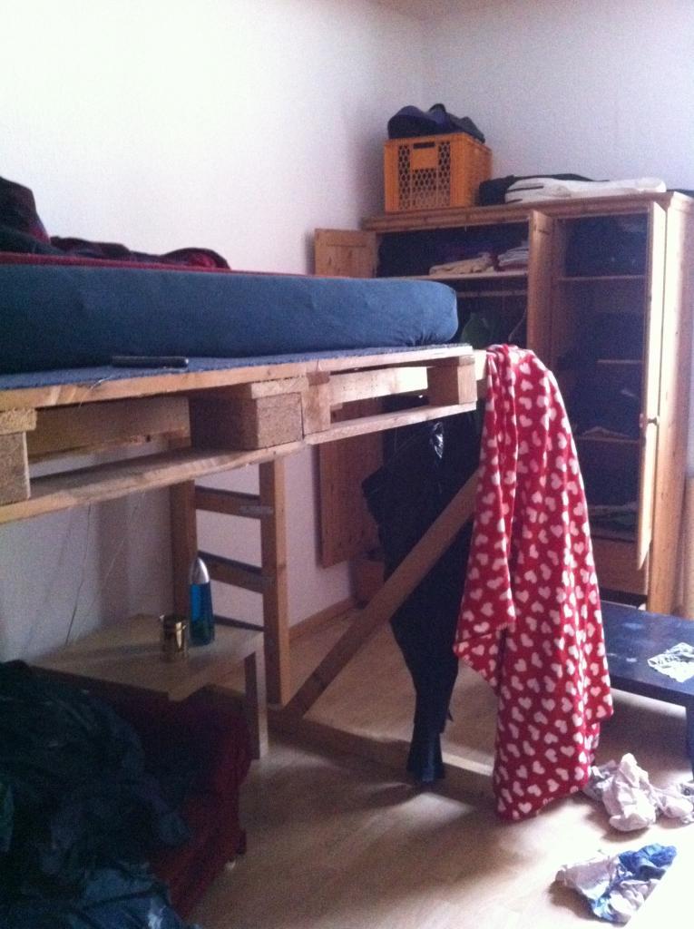 hochbett schraeg palettenbett und palettenm bel palettenbett und palettenm bel. Black Bedroom Furniture Sets. Home Design Ideas