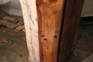 Palettenholz mit Leinöl-Lasur, eine Tür behandelt, die andere nicht