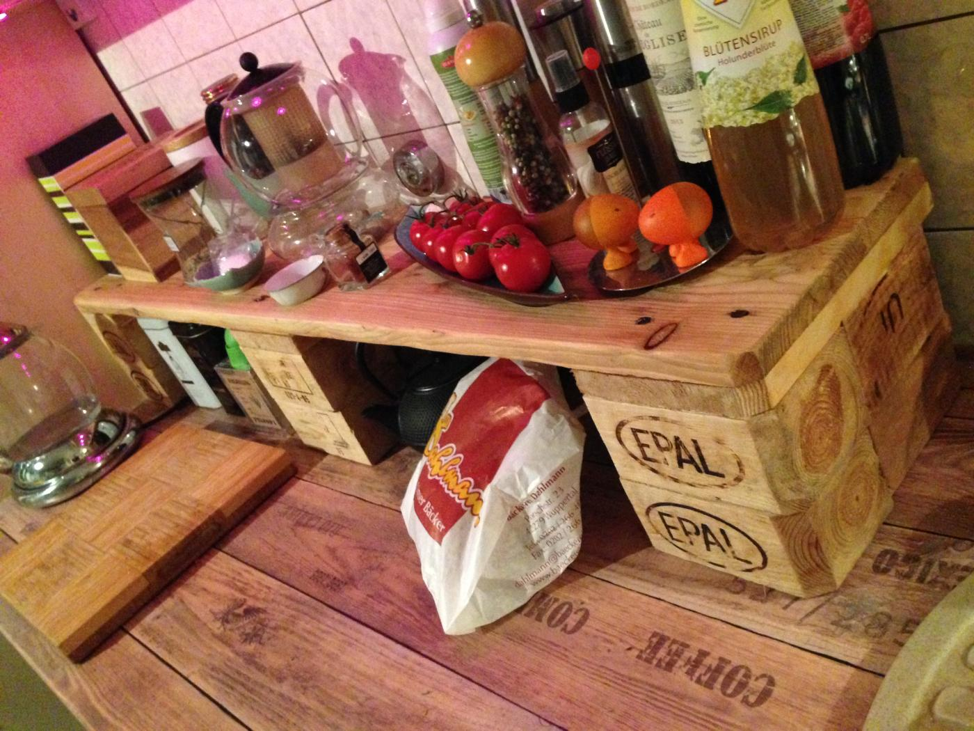 Küchenregal aus europaletten  Europaletten-Küchenregal auf die Arbeitsplatte selberbauen ...