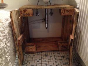 Waschbecken-Unterschrank, geöffnet, Palettenholz