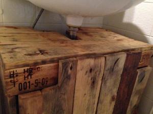 Waschbeckenschrank aus Palettenholz, fertig, Detail