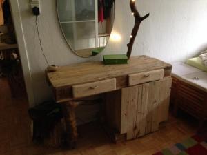 Schminktisch aus Paletten/Waldholz und LED, aufgebaut, fertig