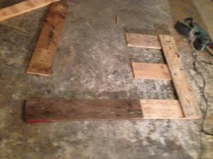 Bodenbretter. Abgesägtes wird quer gelegt.