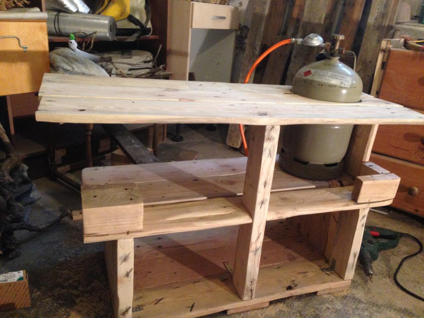 grilltisch aus palettenholz palettenbett und. Black Bedroom Furniture Sets. Home Design Ideas