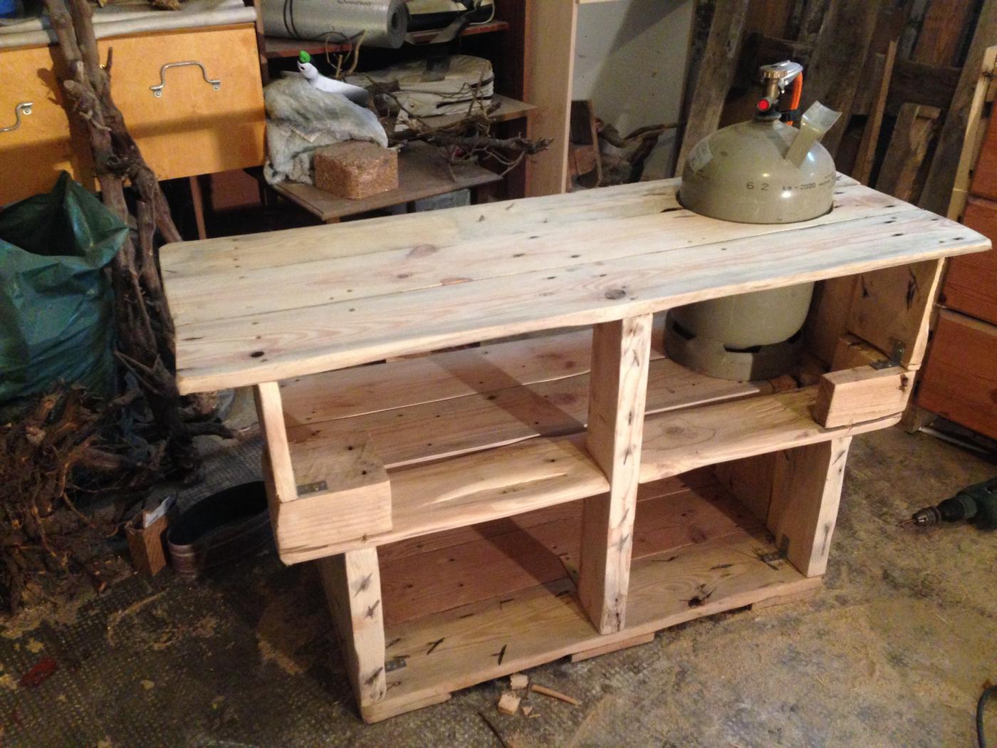 grilltisch aus palettenholz palettenbett und palettenm bel palettenbett und palettenm bel. Black Bedroom Furniture Sets. Home Design Ideas