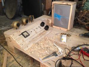 Schaltpult, Erstbestückung: Schiffsarmaturen, Voltmeter, Schalter und Stecker