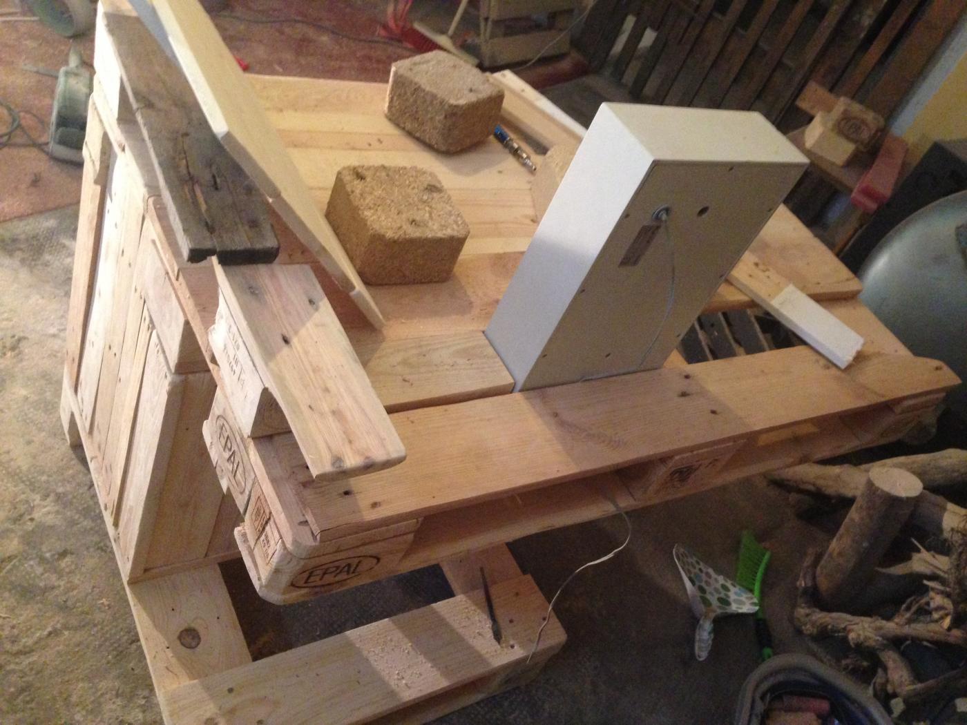 Boxenplatzierung zu Schaltpult und Schreibtischplatte - Palettenbett ...